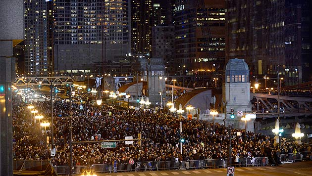 Tausende Schaulustige ließen sich das Spektakel in Chicago nicht entgehen. (Bild: AP)