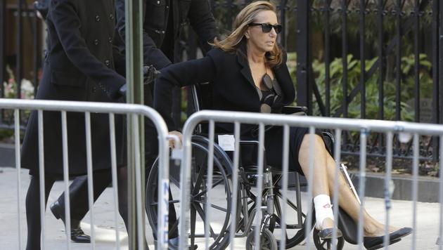 Designerin Donna Karan mit verletztem Fuß im Rollstuhl (Bild: AP)