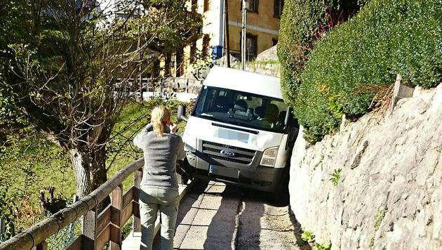 Dieser Kleinbus blieb zwischen Holzzaun und Mauer stecken. (Bild: APA/POLIZEIINSPEKTION BERCHTESGADEN/unbekannt)