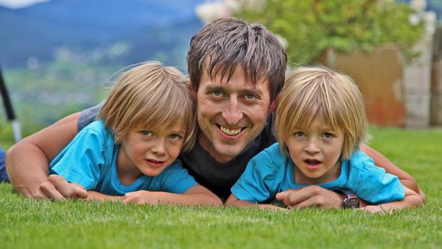 Mario Stecher mit seinen beiden Söhnen David und Luis (Bild: Christof Birbaumer/Kronenzeitung)