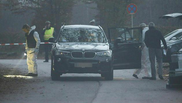 Bluttat auf einem Parkplatz bei Klagenfurt: In diesem Auto wurde ein 53-Jähriger erschossen. (Bild: APA/Gert Eggenberger)