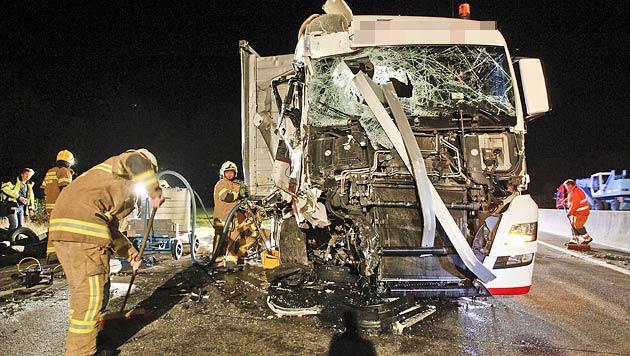 Der Lenker hatte Glück: Er konnte den Lkw leicht verletzt verlassen. (Bild: Markus Tschepp)