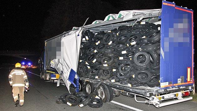 Der türkische Laster war mit Reifen beladen - diese stürzten zum Teil auf die Straße. (Bild: Markus Tschepp)