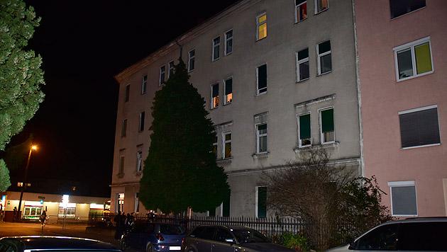 Aus einem Fenster im dritten Stock dieses Hauses stürzte sich die Frau mit ihrem Kind in die Tiefe. (Bild: Ricardo)