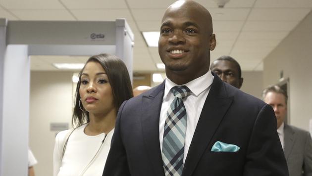 Kindesmisshandlung? NFL-Star bleibt Häfn erspart (Bild: AP)