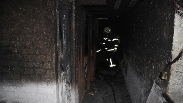 Im Keller war das Feuer ausgebrochen. (Bild: Berufsfeuerwehr Linz)