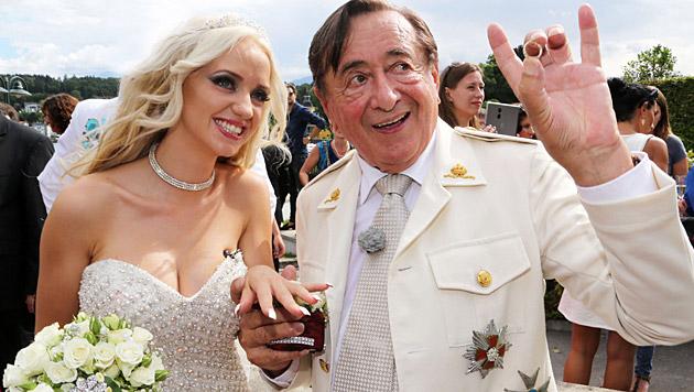 """""""Spatzi"""" und Richard Lugner bei ihrer Verlobungsparty (Bild: Uta Rojsek-Wiedergut)"""