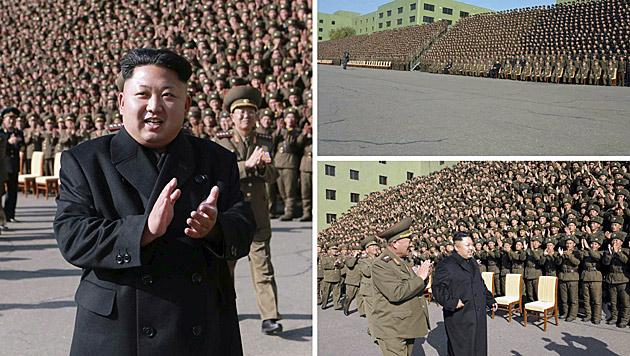 Offenbar wieder topfit: Kim Jong Un klatschend und ohne Stock gehend bei einer Militärparade (Bild: APA/EPA/KCNA)
