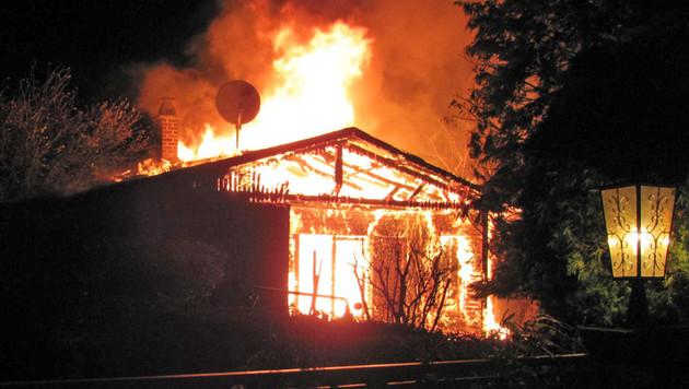 Meterhoch schlugen die Flammen aus dem Gebäude. (Bild: APA/LPD BURGENLAND/)