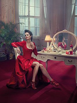 Eva Green verführt im Jänner als laszive Schönheit im roten Kleid mit Dekolleté. (Bild: Campari/Julia Fullerton-Batten)