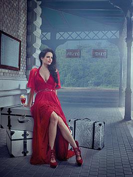 Eva Green führt im Kalender erotisch durch die Cocktail-Geschichte. Hier: Das März-Kalenderblatt. (Bild: Campari/Julia Fullerton-Batten)