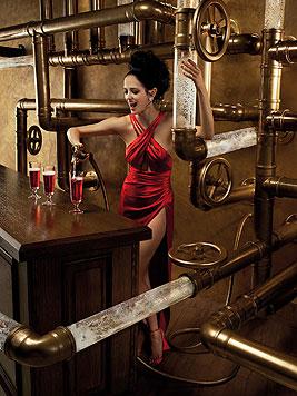 Im Februar zeigt sich Green mit hochgeschlitztem Kleid beim Cocktail-Mixen. (Bild: Campari/Julia Fullerton-Batten)