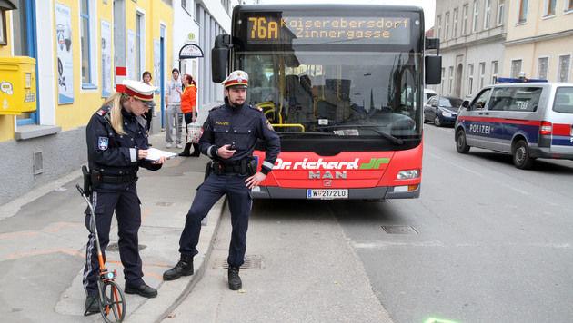 Eine Mutter und ihr sechsjähriger Sohn wurden von einem Bus erfasst und überrollt. (Bild: ANDI SCHIEL)