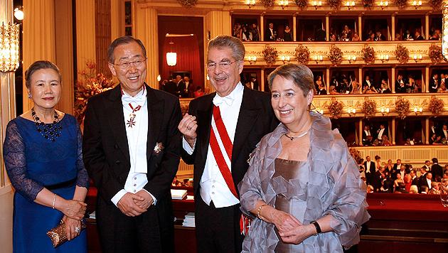 Fischer und seine Frau Margit mit Ban Ki Moon und seiner Frau Yoo Soon Taek am Opernball (Bild: APA/GEORG HOCHMUTH)