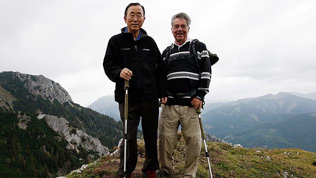 Ban Ki Moon und Bundespräsident Heinz Fischer beim Wandern in Österreich (Bild: APA/DRAGAN TATIC)