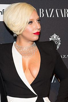 Lady Gaga hätte besser einen BH angezogen... (Bild: AP)