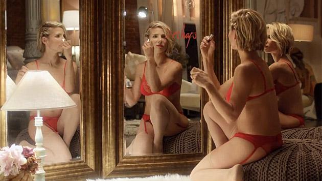 Rote, schwarze, weiße Dessous - Elsa Pataky macht immer eine gute Figur. (Bild: YouTube.com)