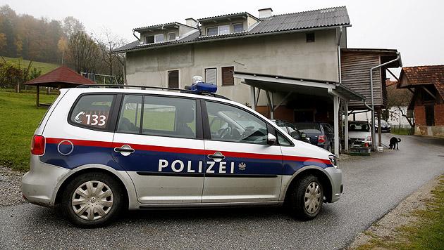 Vor diesem Haus in der Oststeiermark wurde der Vater der jungen Frau erschossen. (Bild: APA/ERWIN SCHERIAU)