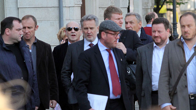 Oligarch Dimitri Firtasch ist stets von zahlreichen Leibwächtern umgeben. (Bild: Andi Schiel)