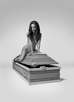 Nacktkalender der polnischen Sargfirma Lindner (Bild: Lindner)