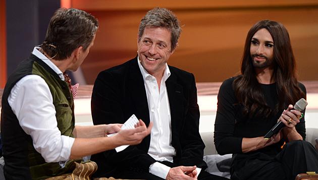 Später wurde Conchita von Weltstar Hugh Grant als Interviewpartner abgelöst. (Bild: APA/ZDF/Sascha Baumann)