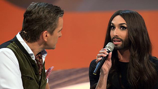 """Conchita stand Moderator Markus Lanz in der vorletzten """"Wetten, dass..?""""-Ausgabe Rede und Antwort. (Bild: APA/ZDF/Sascha Baumann)"""