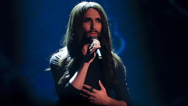 """Conchita Wurst feiert in """"Wetten, dass..?"""" die Live-Weltpremiere ihres Songs """"Heroes"""". (Bild: APA/ERWIN SCHERIAU)"""
