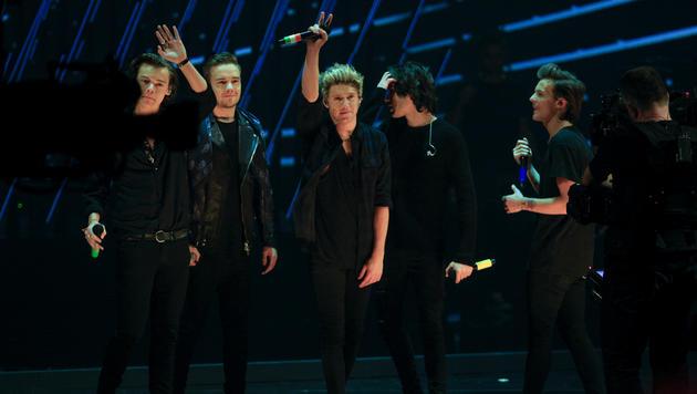 """Die britische Band One Direction während der TV-Show """"Wetten, dass..?"""" (Bild: APA/ERWIN SCHERIAU)"""
