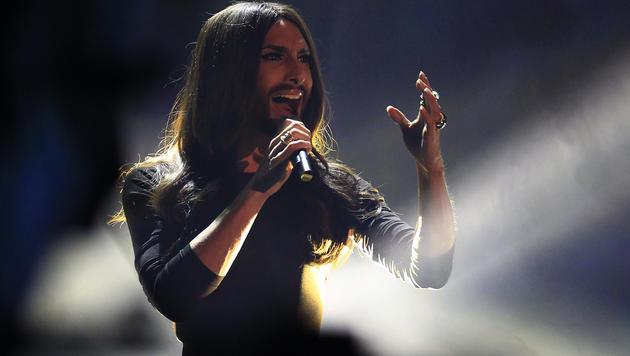 """Conchita Wurst stellt in """"Wetten, dass..?"""" ihren neuen Song """"Heroes"""" vor. (Bild: APA/ERWIN SCHERIAU)"""