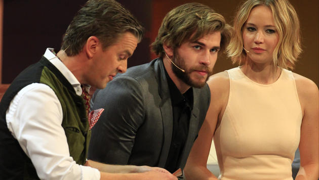 """Markus Lanz, Liam Hemsworth und Jennifer Lawrence während der TV-Show """"Wetten, dass..?"""" (Bild: ERWIN SCHERIAU)"""