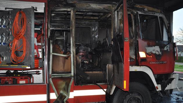Ein ausgebranntes Feuerwehrfahrzeug in Königsdorf (Bild: APA/BFKDO JENNERSDORF/MARTIN HAFNER)