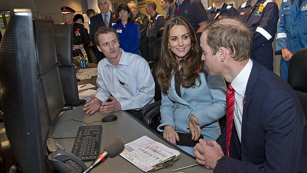 Gemeinsam mit William besuchte Kate in Wales die Einsatzkräfte. (Bild: AP)