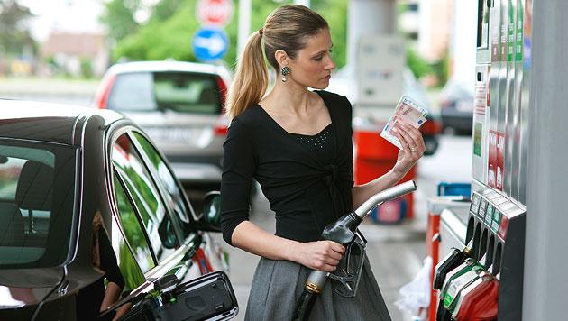 Ölpreis-Sinkflug freut Autofahrer und Wirtschaft (Bild: thinkstockphotos.de)