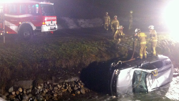 Der Tiroler war mit seinem Auto in den Fluss gestürzt. (Bild: Feuerwehr Maria Alm)
