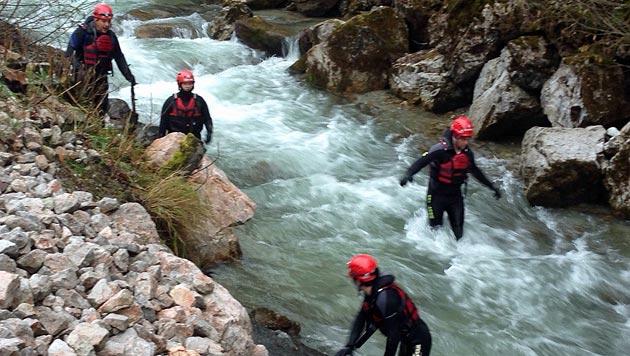 24 Wasserretter suchten stundenlang nach dem vermissten Lenker. (Bild: Wasserrettung Salzburg)