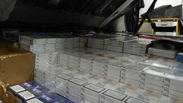 Das Auto wurde samt den Zigaretten beschlagnahmt. (Bild: Zoll)