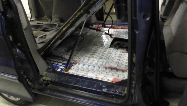 373 Stangen Zigaretten fanden die Beamten unter der Bodenplatte des Autos. (Bild: Zoll)