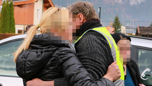 Eine Verwandte brach am Tatort in Tränen aus. (Bild: Neumayr/MMV)