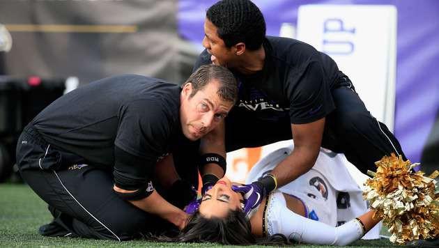 Cheerleaderin schlägt mit Kopf auf Spielfeld auf (Bild: AFP)