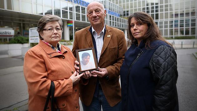 Die Eltern des Verstorben mit FPÖ-Gemeinderätin Angela Schütz (Bild: Gerhard Bartel)