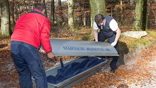 Der Sarg mit den sterblichen Überresten (Bild: APA/NEUMAYR/MMV)