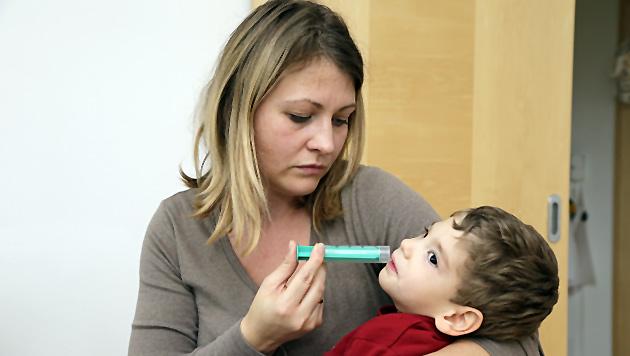 Lukas kann ohne die permanente Hilfe von Mama Maria G. den Alltag nicht bewältigen. (Bild: Klemens Groh)