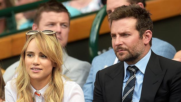 Bradley Cooper mit seiner Freundin Suki Waterhouse (Bild: APA/EPA/FACUNDO ARRIZABALAGA)
