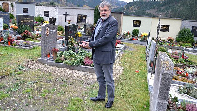 Robert Kalcher zeigt auf die Stelle des Friedhofs, wo sich einst das Familiengrab befand. (Bild: Heinz Weeber)