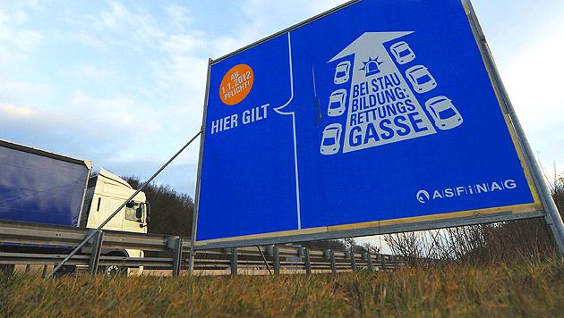 Abstimmen: War Rettungsgasse schon immer sinnlos? (Bild: APA/HELMUT FOHRINGER)
