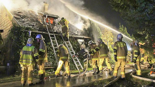 Die Feuerwehrkräfte rückten von außen und innen gegen den Brand vor. (Bild: MARKUS TSCHEPP)