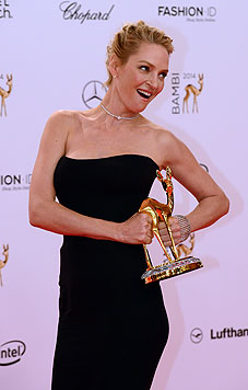 Uma Thurman und ihr Preis (Bild: EPA)
