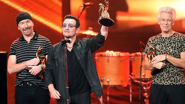 U2 freuen sich über ihren Bambi. (Bild: EPA)