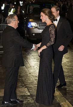Prinz William und Herzogin Kate werden vor dem London Palladium Theatre in Empfang genommen. (Bild: AP)