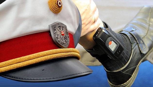 Kärntner Polizist bald mit Fußfessel im Dienst (Bild: APA/BARBARA GINDL, dpa/Carsten Rehder)